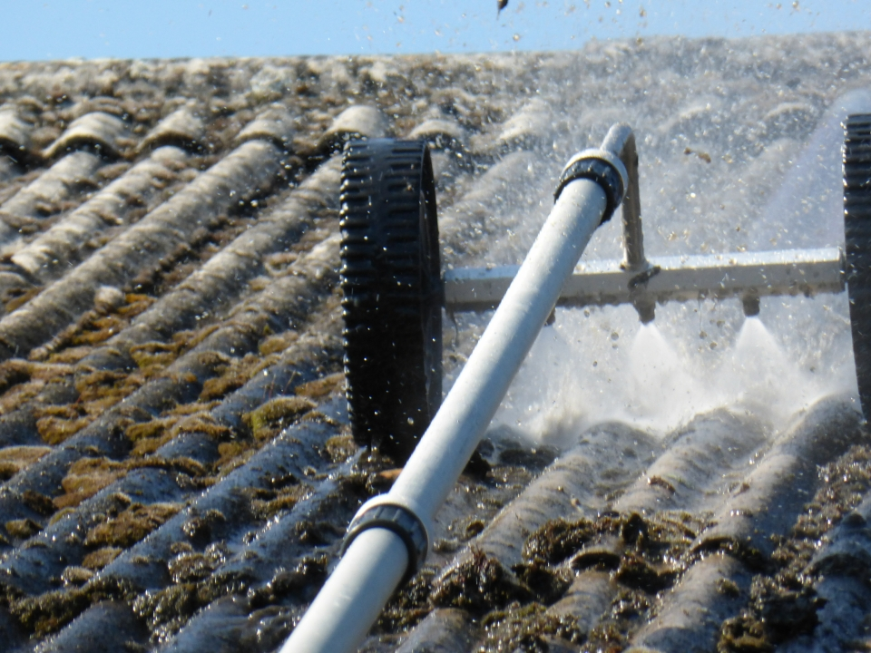 Ph cleaning pressure washing service - Using water pressure roof cleaning ...
